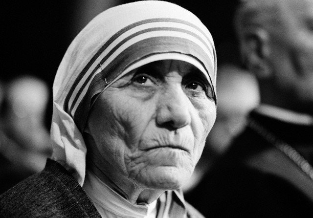 25 Dec 1981, Rome, Italy --- Mother Teresa receives the honorary degree of Doctor in Medicine from the Catholic University of the Sacred Heart in Rome --- Image by © Gianni Giansanti/Sygma/Corbis